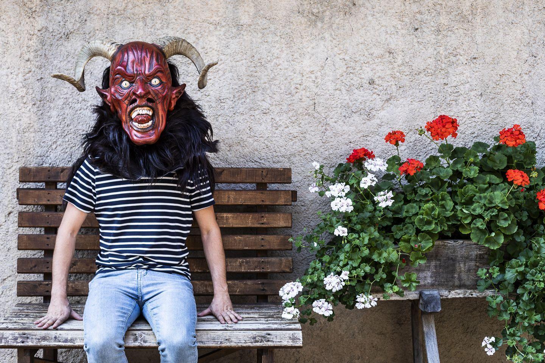 Der Mann und die Maske: Walter Maffei, ein Traminer Unikum, schnitzt Masken für die halbe Welt