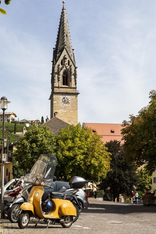 Dorfplatz Tramin mit Kirchturm